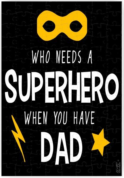Puzzle-Botschaft eckig, Who Needs A Superhero When You Have Dad, Kreidetafel-Optik, 120 Teile 27x18cm inkl. Geschenk-Beutel